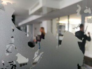 Sandgestrahlte Folie auf Glasoberflächen