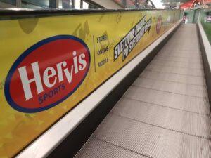 Werbeaufkleber für Rolltreppen - Hervis